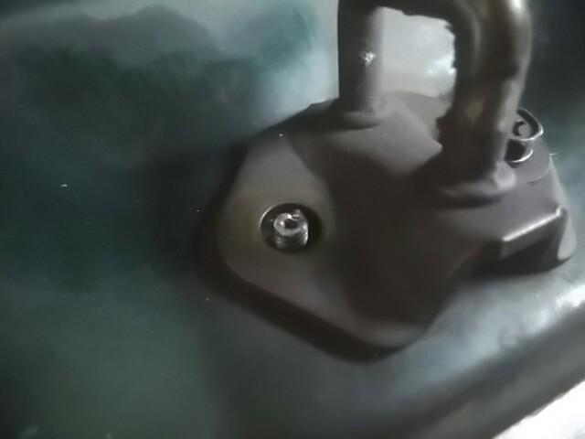 閉まり加減の悪いリアハッチを調整しようとしたらボルトが折れたッ!