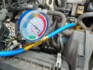 U62Tミニキャブ軽トラのエアコンガスを補充しました。ガス補充はエア抜きが最も大事